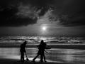 Sonnenuntergang spielende Kinder Schatten xxxSW (2)